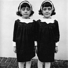 Identical_Twins,_Roselle,_New_Jersey,_1967.jpg